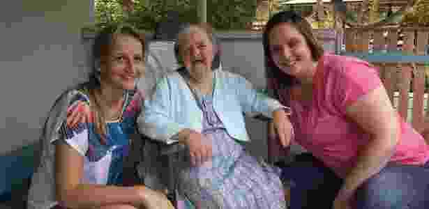 Na foto, Dona Olga Gums posa ao lado das sobrinhas-netas Pollyana Hoffmamm Gums (de rosa) e Ana Paula Hoffmamm - Arquivo Pessoal