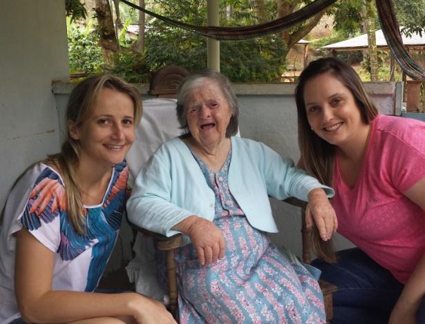 Na foto, Dona Olga Gums, a pessoa mais idosa com síndrome de Down do país, ao lado das sobrinhas-netas Pollyana Hoffmamm Gums (de rosa) e Ana Paula Hoffmamm - Arquivo Pessoal