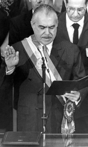 O presidente José Sarney presta juramento à nova Constituição, no dia de sua promulgação