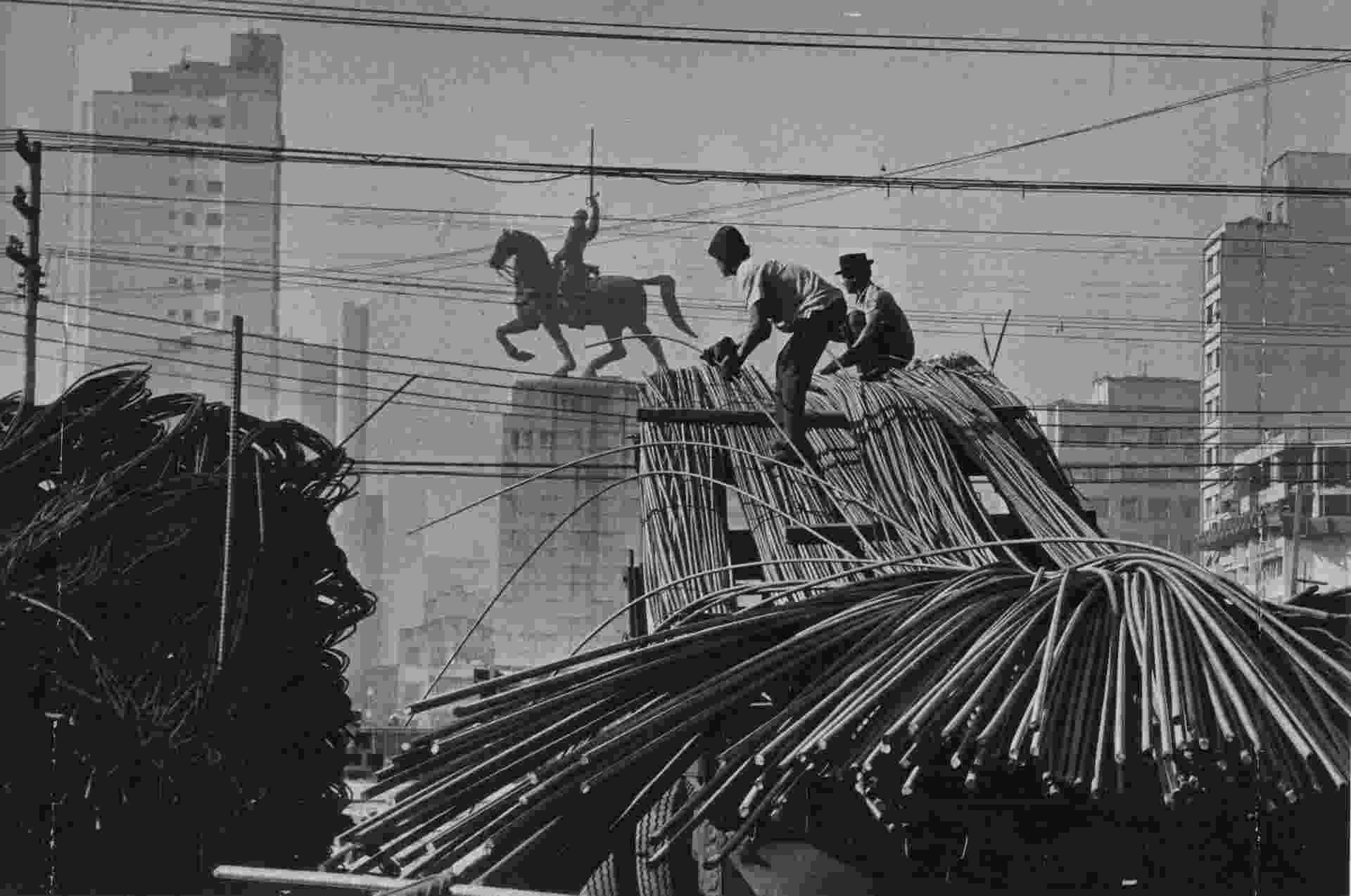 SÃO PAULO, SP, BRASIL, 28-05-1970: Ferragens usadas nas obras para construção do Minhocão, o Elevado Presidente Costa e Silva, em São Paulo (SP). A via, construída na administração do prefeito Paulo Maluf, liga o centro da cidade ao bairro de Perdizes. Ao fundo, monumento ao Duque de Caxias, na praça Princesa Isabel (Foto: Acervo UH/Folhapress) - Acervo UH/Folhapress