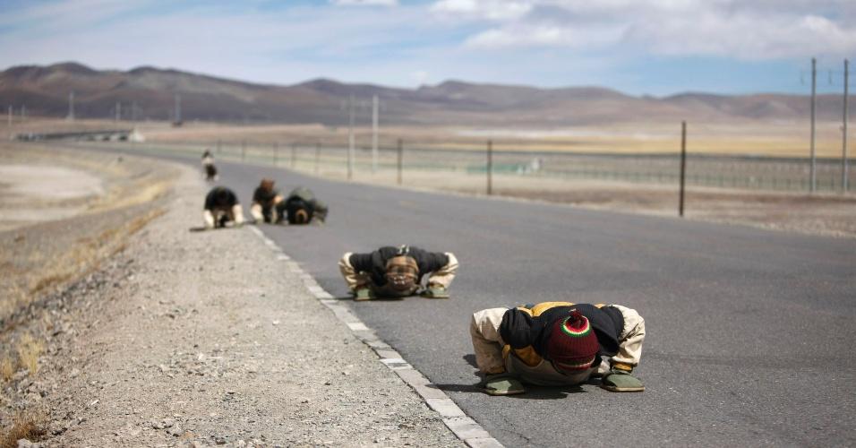 26.fev.2014 - Peregrinos tibetanos rastejam ao longo de estrada durante viagem para Lhasa, no Tibet, em foto tirada na quarta-feira (26). Durante todo o ano, muitos budistas fazem a mesma jornada até sua terra santa em busca de felicidade