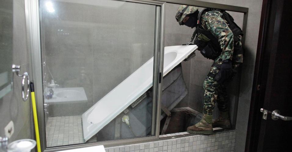 """27.fev.2014 - Fuzileiro naval mexicano levanta banheira que leva a túnel no sistema de drenagem da cidade de Culiacan, no México, na quinta-feira (27). Foi assim que Joaquin """"Chapo"""" Guzman, o traficante mais procurado pelos Estados Unidos, escapou das tropas mexicanas poucos dias antes de ser preso. Considerado o criminoso mais poderoso do mundo pela revista """"Forbes"""", ele foi capturado em um resort a 125 quilômetros de Culiacan no sábado (22)"""