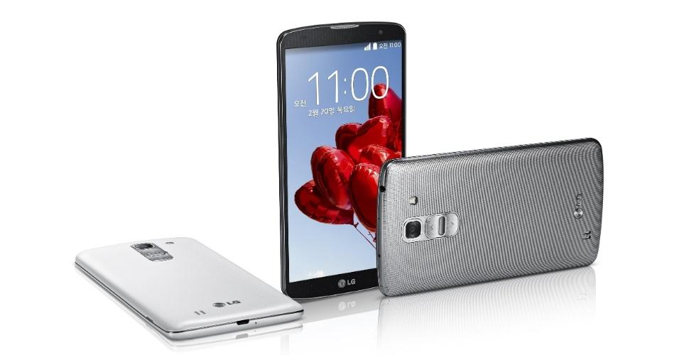 27.fev.2014 - O smartphone LG G Pro 2, uma atualização do G Pro, tem tela de 5,9 polegadas, câmera traseira de 13 megapixels que faz gravações em 4K (ultradefinição), câmera frontal de 2,1 megapixels, processador quad-core de 2,26 GHz, memória RAM de 3 GB, bateria de 3.200 mAh e sistema operacional Android 4.4 (Kit Kat). Ele pesa 172 gramas e tem 8,3 mm de espessura. Preço e data de lançamento não foram anunciados