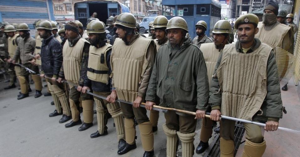 28.fev.2014 - Policiais formam barreira para tentar impedir um protesto organizado por um grupo separatista da Caxemira, em Srinagar, na Índia