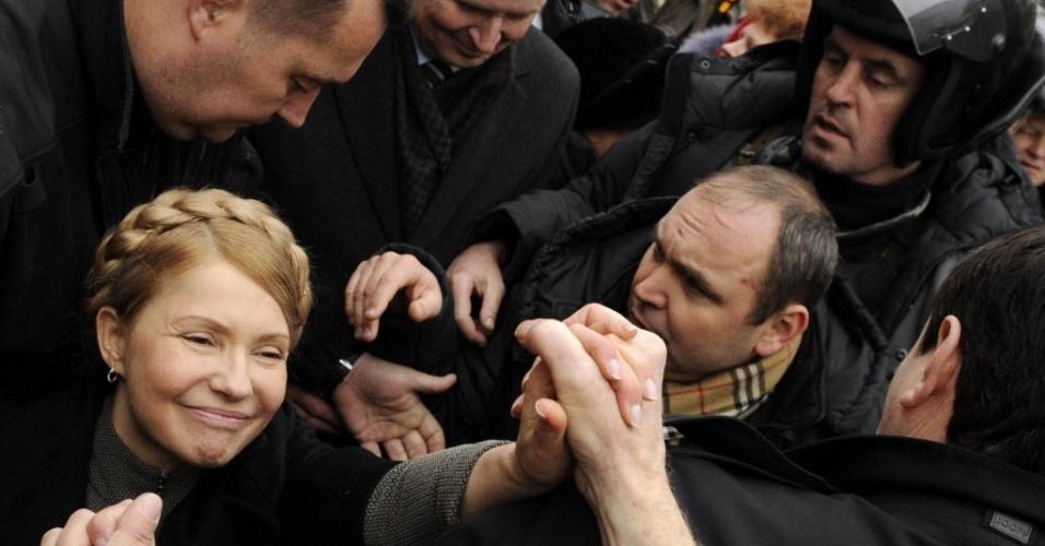 28.fev.2014 - A líder da oposição ucraniana, Yulia Timoshenko, cumprimenta pessoas ao chegar a um acampamento de manifestantes antigoverno no centro de Kiev. Timoshenko, que ficou presa por mais de dois anos e foi libertada no sábado, com a queda do governo de Viktor Yanukovich, é vista como uma das favoritas à presidência do país