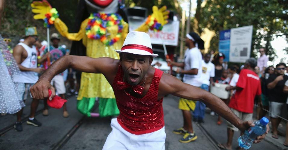 """28.fev.2014 - Folião brinca no tradicional bloco carnavalesco """"Carmelitas"""", no Rio de Janeiro, nesta sexta-feira (28)"""