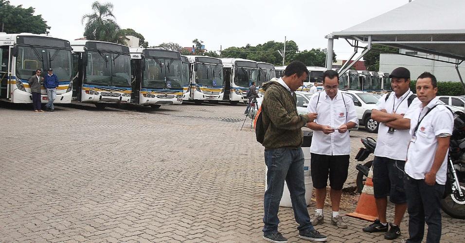 28.fev.2014 -  Funcionários da viação Teresópolis Cavalhada realizam paralsação em Porto Alegre. A greve é uma forma de protesto contra a demissão de dois colegas de trabalho