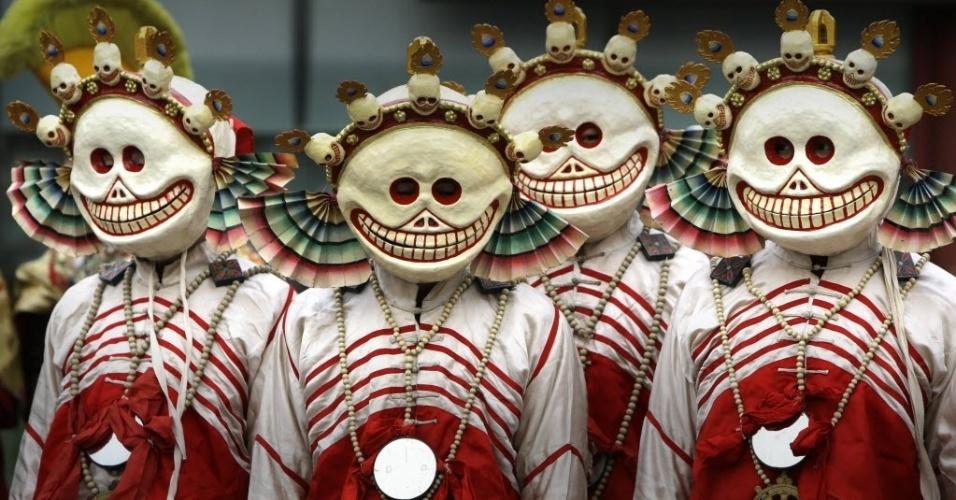 """28.fev.2014 - Monges vestidos como personagens do budismo tibetano participam de uma cerimônia religiosa, conhecida como """"Da Gui"""" ou ?bater no fantasma? comemorar o próximo Ano-Novo no Tibete"""