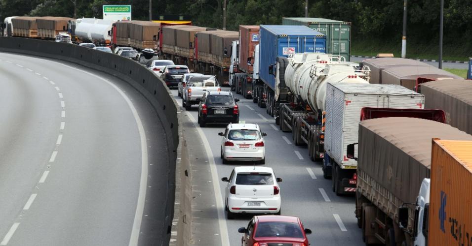 28.fev.2014 - O movimento de veículos no KM 28 da rodovia Anchieta, sentido baixada santista, é intenso na altura do pedágio, nesta sexta-feira (28) que antecede o feriado de Carnaval