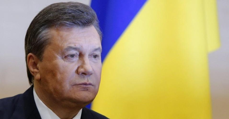 """28.fev.2014 - O presidente deposto da Ucrânia, Viktor Yanukovich, se pronuncia publicamente pela primeira vez desde sua saída do governo, no último sábado (22). Em entrevista coletiva na cidade de Rostov-on-Don, no sul da Rússia, Yanukovich classificou o governo interino da Ucrânia como """"ilegítimo"""" e disse estar """"pronto para lutar pelo futuro do país"""""""