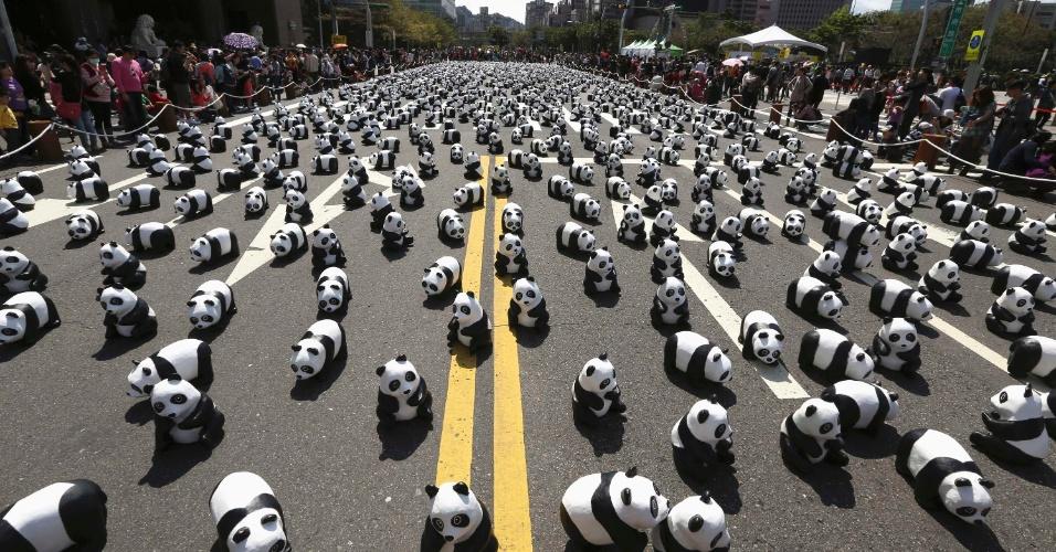 """28.fev.2014 - Pandas de papel machê feitos pelo artista francês Paolo Grangeon são exibidos do lado de fora da prefeitura de Taipei, em Taiwan, nesta sexta-feira (28). Eles fazem parte da exposição """"Pandas on Tour"""", promovida pelo WWF (World Wide Fund for Nature) desde 2008. Cerca de 1.600 esculturas lembram o número de pandas gigantes que ainda vivem em estado selvagem"""