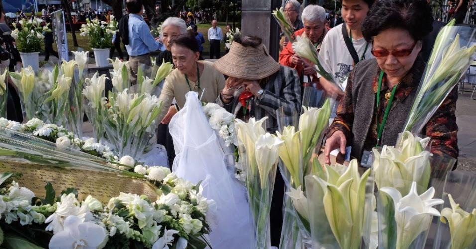 28.fev.2014 - Parente chora no Parque da Paz de Taipei nesta sexta-feira (28), aniversário do massacre de 1947, durante o qual milhares de pessoas foram mortas por tropas do Kuomintang, o Partido Nacionalista da China. O assunto foi tabu em Taiwan por décadas, até que que o então presidente Lee Teng-hui fez o primeiro pedido oficial de desculpas em 1995. Mais tarde, o Parlamento concordou em indenizar as vítimas e fez do dia 28 de fevereiro feriado oficial