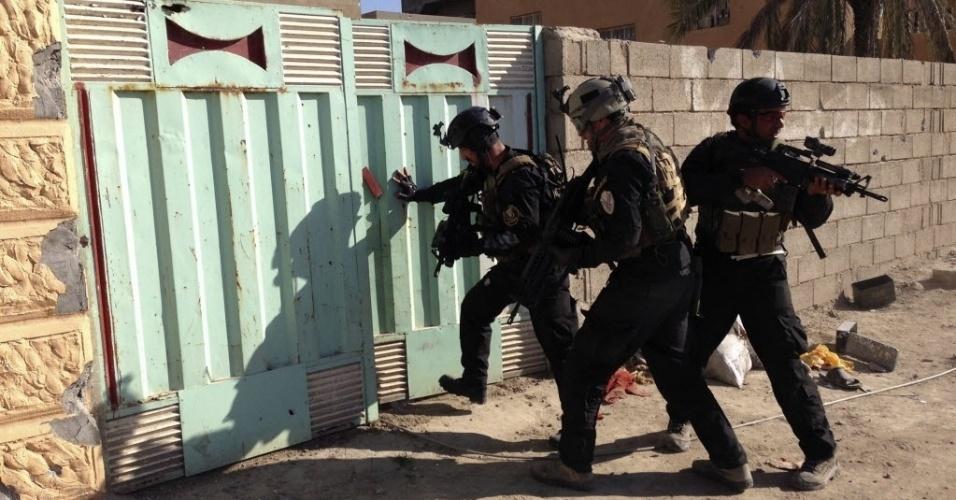 28.fev.2014 - Soldados iraquianos buscam armas durante confrontos  entre forças do governo e tribos de rebeldes sunitas, na cidade de Ramadi, oeste de Bagdá