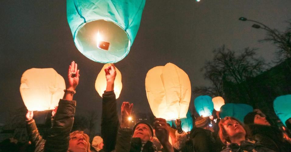 28.fev.2014 - Ucranianos lançam lanternas chinesas durante homenagens àqueles que morreram durante os recentes protestos violentos, em Kiev, na Ucrânia, nesta sexta-feira (28)