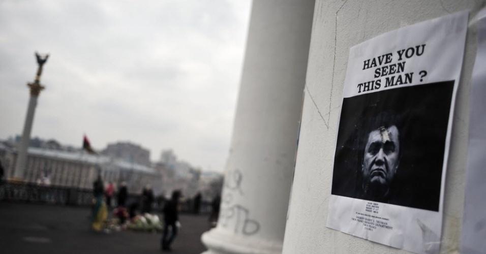 28.fev.2014 - Um cartaz que mostra uma foto do presidente deposto da Ucrânia, Viktor Yanukovich, foi colocado em um prédio com vista para Praça da Independência, no centro de Kiev, nesta sexta-feira (28). Viktor Yanukovych deu uma coletiva de imprensa na cidade do sul da Rússia de Rostov-on-Don, em sua primeira aparição pública desde que fugiu para a Rússia