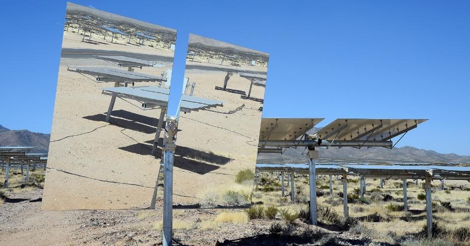 A usina solar acima foi inaugurada em meados de fevereiro no deserto de Mojave (Califórnia, EUA). Construído em parceria entre o Google, a NRG Energy e a BrightSource Energy, o sistema tem 347 mil espelhos controlados por computador. Eles refletem a luz do sol em caldeiras, aumentando a temperatura da água - o vapor gera a eletricidade, que seria capaz de abastecer 140 mil casas na Califórnia (EUA)