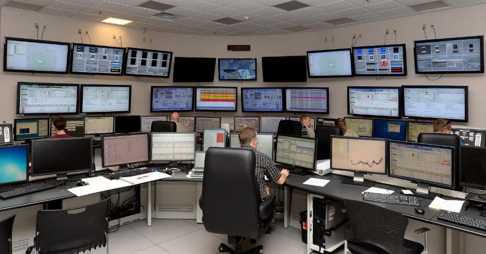 Funcionários monitoram a operação da usina solar, que tem usa vapor de água para gerar eletricidade. Segundo o ''Gizmodo'', o sistema mata pássaros com seus altíssimos níveis de calor, que podem chegar a 573ºC
