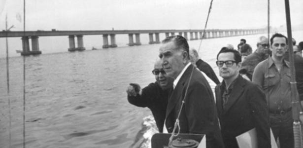 Médici visita as obras da Ponte Rio-Niterói, em 1973 - memoriasreveladas.arquivonacional.gov.br/Arquivo Nacional