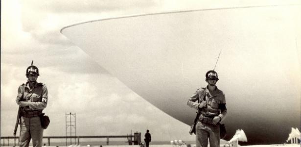 Oficiais militares em frente ao Congresso em 1968