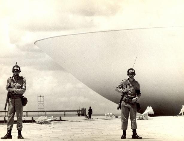 Militares em frente ao Congresso Nacional em 1968, ano da promulgação do AI-5