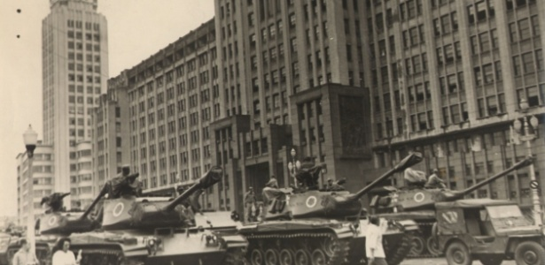 Militares se movimento em frente ao Ministério do Exército no dia 2 de abril de 1964 no Rio de Janeiro - memoriasreveladas.arquivonacional.gov.br/Arquivo Nacional