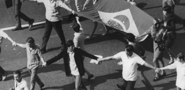 Em 1968, estudantes se uniram para combater o regime militar. A foto é da Passeata dos Cem Mil, considerada a mais importante manifestação da resistência