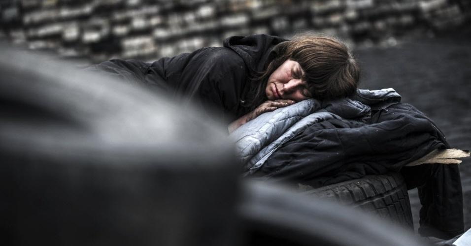 1º.mar.2014 - Mulher dorme em barricada na praça da Independência, em Kiev