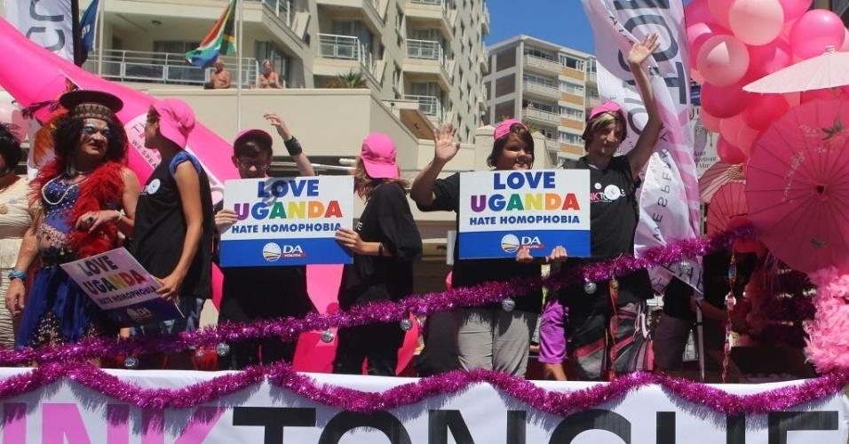1º.mar.2014 - Participantes da Parada do Orgulho Gay realizada neste sábado (1) na Cidade do Cabo, na África do Sul, mostram cartazes contra a lei aprovada recentemente que criminaliza a homossexualidade em Uganda