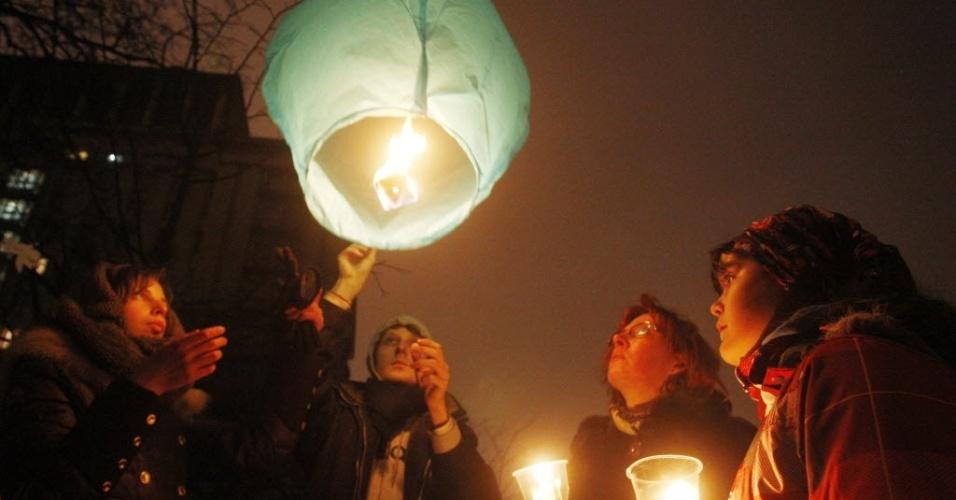 1º.mar.2014 - Pessoas acendem balão e carregam velas durante homenagem a manifestantes mortos em confrontos com a polícia capital ucraniana Kiev, Ucrânia, neste sábado (1º)