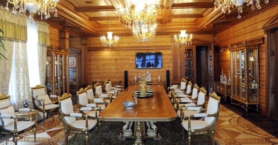 1º.mar.2014 - Sala de jantar da principal residência do presidente ucraniano deposto, Viktor Yanukovych, em foto tirada neste sábado (1º), em Mezhygirya, próximo a Kiev. Yanukovych desapareceu na semana passada, durante protestos contra o seu governo, e ressurgiu na sexta-feira (28), no sul da Rússia. O parlamento ucraniano o depôs formalmente e convocou uma nova eleição presidencial para 25 de maio