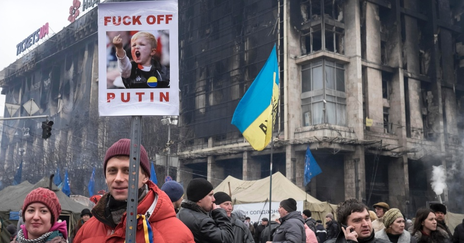 2.mar.2014 - Milhares de manifestantes protestam em Kiev contra a possível intervenção militar russa na península da Crimeia, na Ucrânia. Neste domingo (2), diversas manifestações contra o presidente russo Vladimir Putin foram realizadas em diversas cidades da Rússia e da Europa