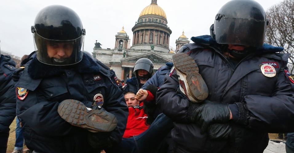 2.mar.2014 - Policiais da cidade russa de São Petersburgo detêm manifestante que protestava contra a possibilidade de uma ação militar russa na região ucraniana da Crimeia. Em vários pontos da Rússia e da Europa, manifestações contra a intervenção russa na Ucrânia estão sendo realizadas
