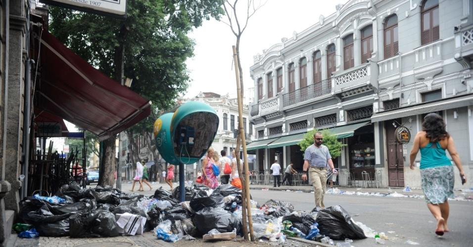 2.mar.2014 - A Lapa, região central do Rio de Janeiro, amanheceu coberta de lixo pelas ruas. Os garis estão em greve por reivindicações salariais, mas a paralisação já foi considerada ilegal pela Justiça do Trabalho.
