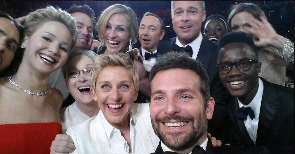 2.mar.2014 - O selfie acima, registrado na cerimônia do Oscar, foi publicada no Twitter pela apresentadora Ellen DeGeneres com a legenda:  ''Se pelo menos o braço de Bradley fosse mais longo. Melhor foto''. Estão na imagem Jared Leto, Jennifer Lawrence, Meryl Streep, Julia Roberts, Bradley Cooper, Kevin Spacey, Brad Pitt, Angelina Jolie e Lupita Nyong'o