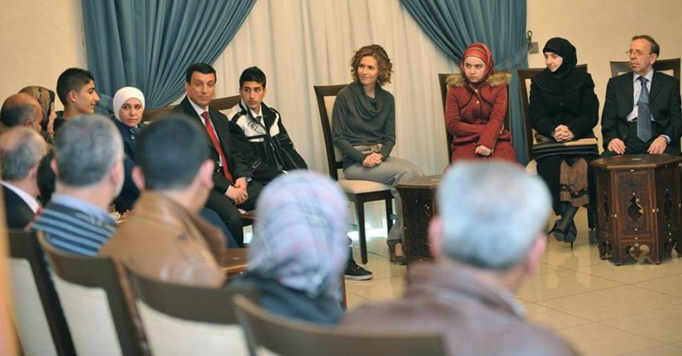 3.mar.2014 - A imagem publicada nesta segunda-feira (3) na página oficial do Facebook da Presidência síria mostra a primeira dama da Síria, Assma al-Assad, conversando com estudantes do ensino médio que vieram do norte da cidade de Aleppo para a capital Damasco