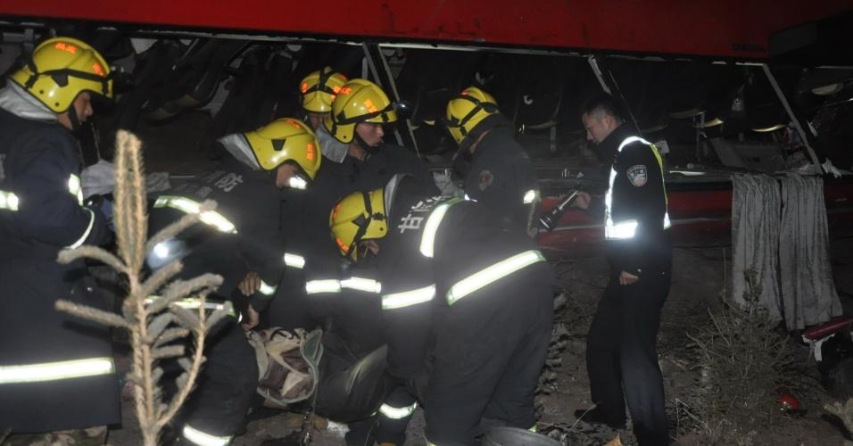3.mar.2014 - As equipes de resgate trabalham no local de um acidente de trânsito em uma via expressa na província de Gansu, noroeste da China, no início 3 de março de 2014. Pelo menos 10 pessoas foram confirmadas mortas após um ônibus capotou na via expressa em Gansu na manhã de segunda