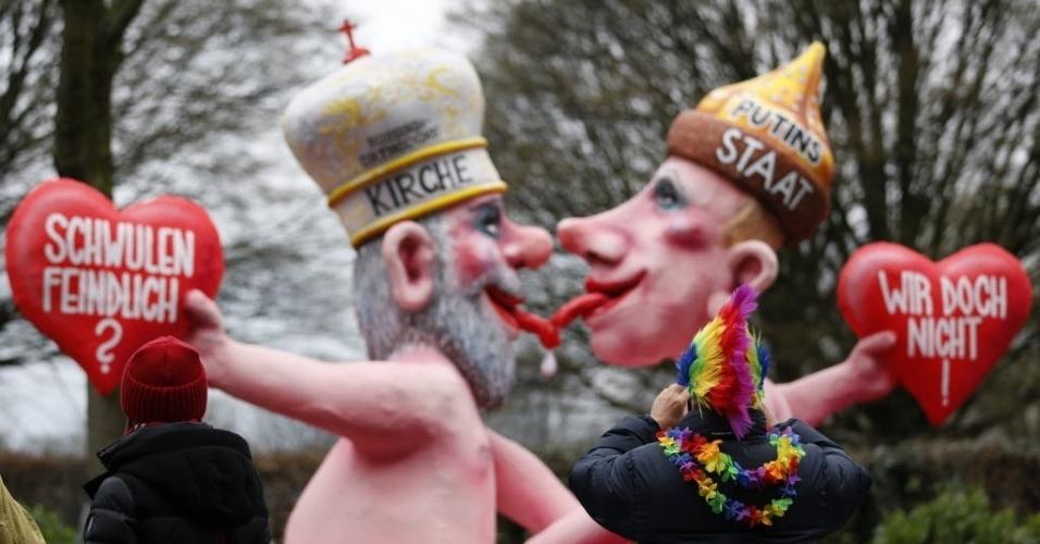 3.mar.2014 - Carro alegórico com uma caricatura do presidente russo Vladimir Putin beijando um padre da igreja Ortodoxa Russa desfila em parada de Carnaval de Dusseldorf, na Alemanha
