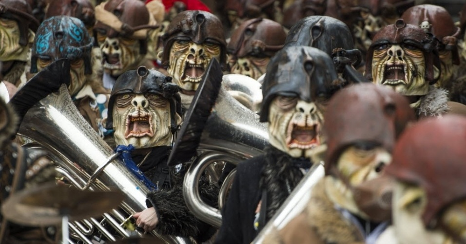 3.mar.2014 - Foliões participam de desfile de fantasias no Carnaval de Lucerna, na Suíça