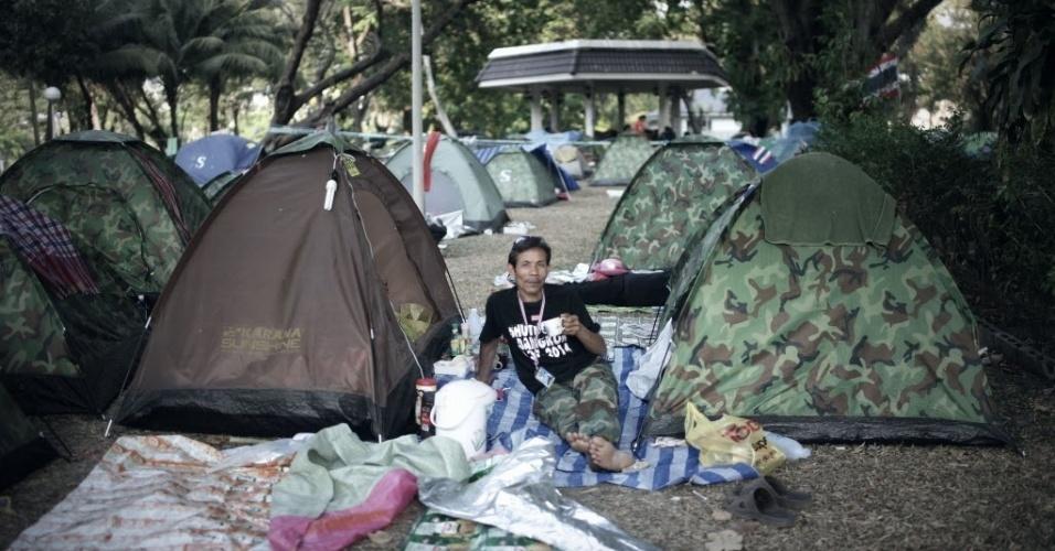 3.mar.2014 - Homem descansa em acampamento de manifestantes antigoverno no parque Lumpini, no centro de Bancoc. Os manifestantes montaram acampamento no parque depois de desocupar quatro cruzamentos importantes da cidade
