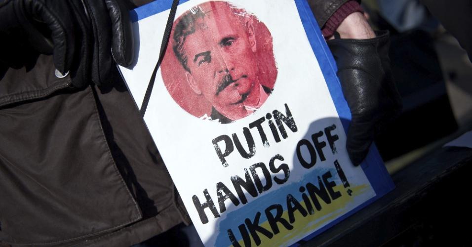 3.mar.2014 - Manifestante exibe cartaz onde se lê
