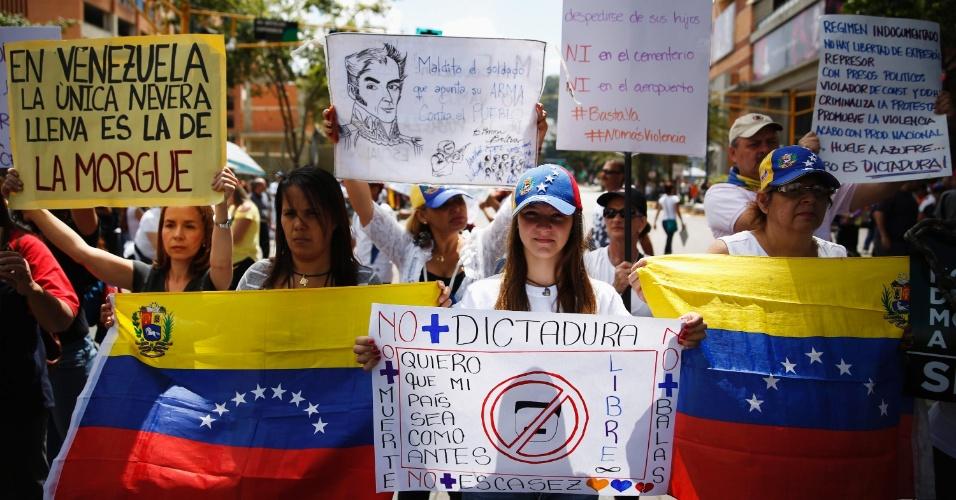 3.mar.2014 - Manifestantes anti-governo participam de um protesto contra o presidente da Venezuela, Nicolás Maduro, em Caracas, nesta segunda-feira (3)