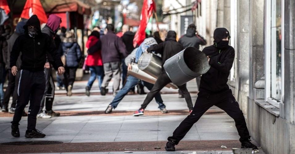 3.mar.2014 - Manifestantes atacam vitrines de lojas e agências bancárias no centro de Bilbao, na Espanha, durante protesto contra fórum econômico que está sendo realizado na cidade