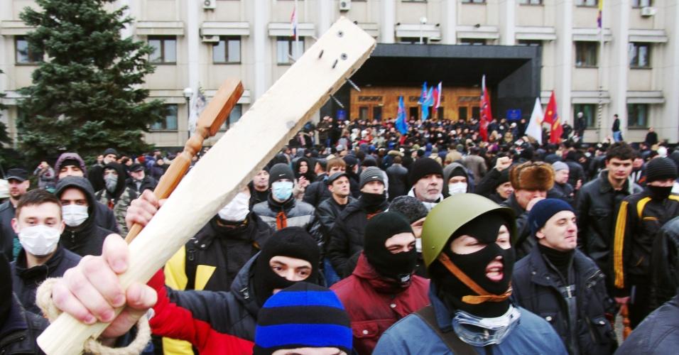 3.mar.2014 - Manifestantes pró-Rússia protestam em frente à sede do governo em Odessa (Ucrânia)