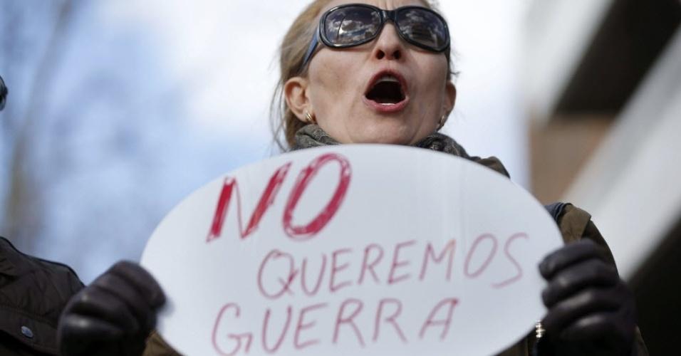 3.mar.2014 - Mulher segura cartaz contra a intervenção da Rússia na Ucrânia, em protesto de ucranianos na frente da Embaixada da Rússia em Madri, na Espanha