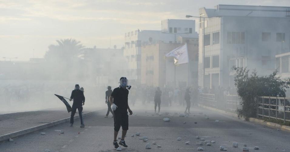 3.mar.2014 - Nesta segunda-feira (3), manifestantes enfrentam a polícia no terceiro dia do funeral de Mohamed al Durazi (22), que morreu depois de ser preso na última quarta-feira, na cidade de Daih, nos arredores do Bahrein.