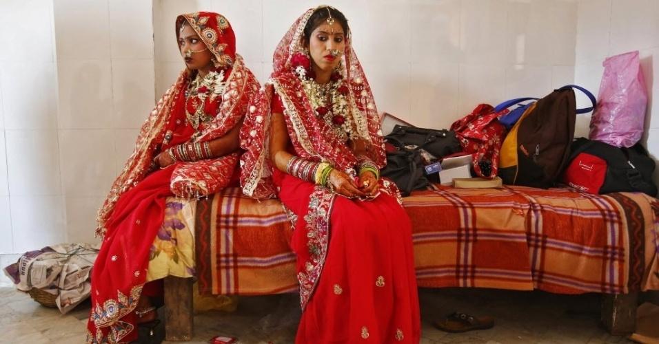3.mar.2014 - Noivas aguardam início de cerimônia de casamento coletivo em templo de Nova Déli, na Índia