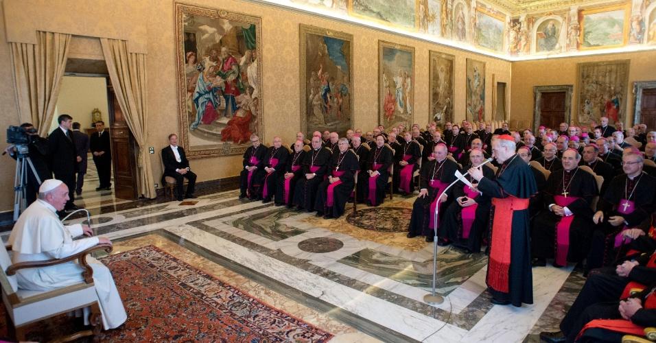 3.mar.2014 - Papa Francisco ouve cardeal espanhol Antonio Maria Rouco Varela durante uma audiência no Vaticano nesta segunda-feira (3)
