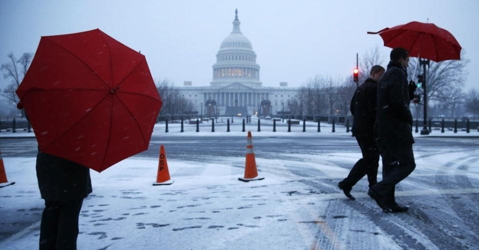 3.mar.2014 - Pessoas caminham próximo ao Capitólio, em Washington (EUA). O serviço nacional do clima dos EUA prevê a chegada de uma tempestade de neve para a região