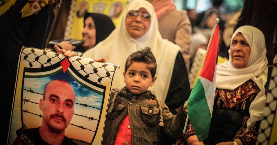 3.mar.2014 - Um menino palestino participa de um protesto exigindo a libertação de parentes detidos em prisões israelenses do lado de fora do escritório da Cruz Vermelha na cidade de Gaza, nesta segunda-feira (3)