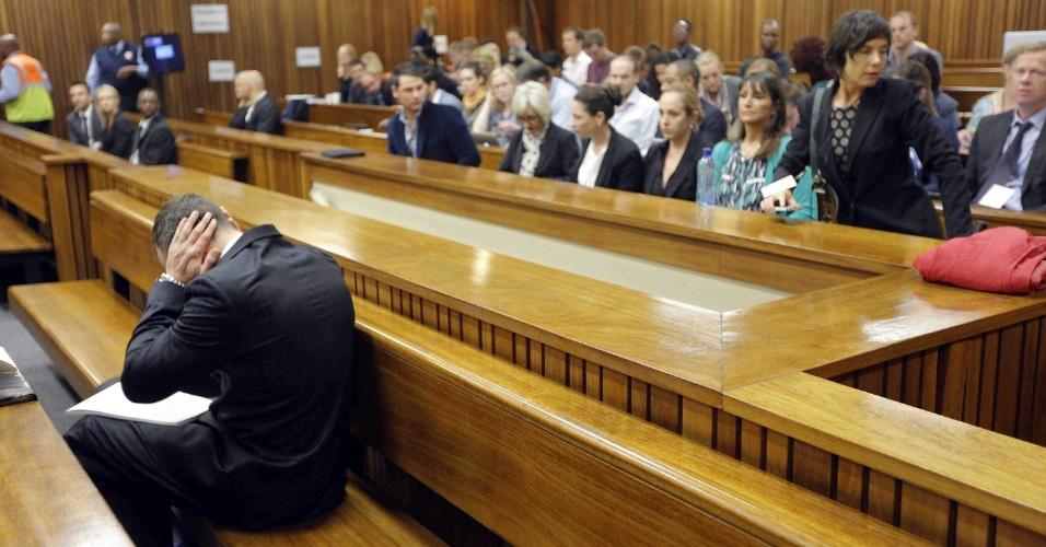 4.mar.2014 - O atleta paraolímpico Oscar Pistorius participa do segundo dia do julgamento em que é réu em Pretoria, na África do Sul